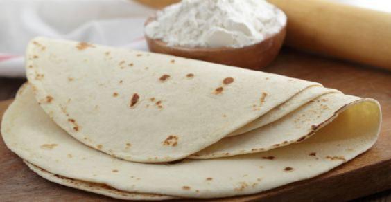"""La tortilla è una focaccina sottile di forma rotonda tipica della cucina messicana, la quale viene preparata utilizzando della farina di frumento o di mais. In alcune zone del Messico la tortilla viene impastata impiegando una particolare farina di mais bianca, denominata """"masa harina"""", che in Italia risulta di difficile reperibilità, al di fuori di alcuni negozi di prodotti tipici messicani."""