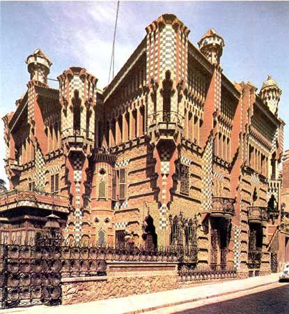 casa vincens, gebouwd tussen 1883 en 1889. Een ontwerp van Gaudi in de wijk Gracia, Spanje. De bovenkant van het bouwwerk is geinsprireerd op Arabische bouwstijlen. Opvallend aan dit bouwwerk is het gebruik van keramiek tegels.