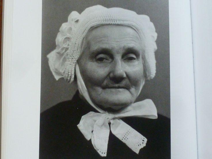 Helena Vraets 1938 Zij draagt een cornetmuts met vier geplooide voorstroken. Normaal droeg men in Lieshout de Eindhovense muts volgens mij. Zij was de moeder  van Piet Coppens van Eerd en staat met poffer op de foto van de bruiloft van  haar dochter.