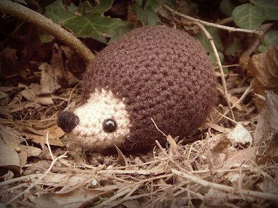one man crochet: free crochet hedgehog pattern Egeltje handig om als speldenkussen te gebruiken