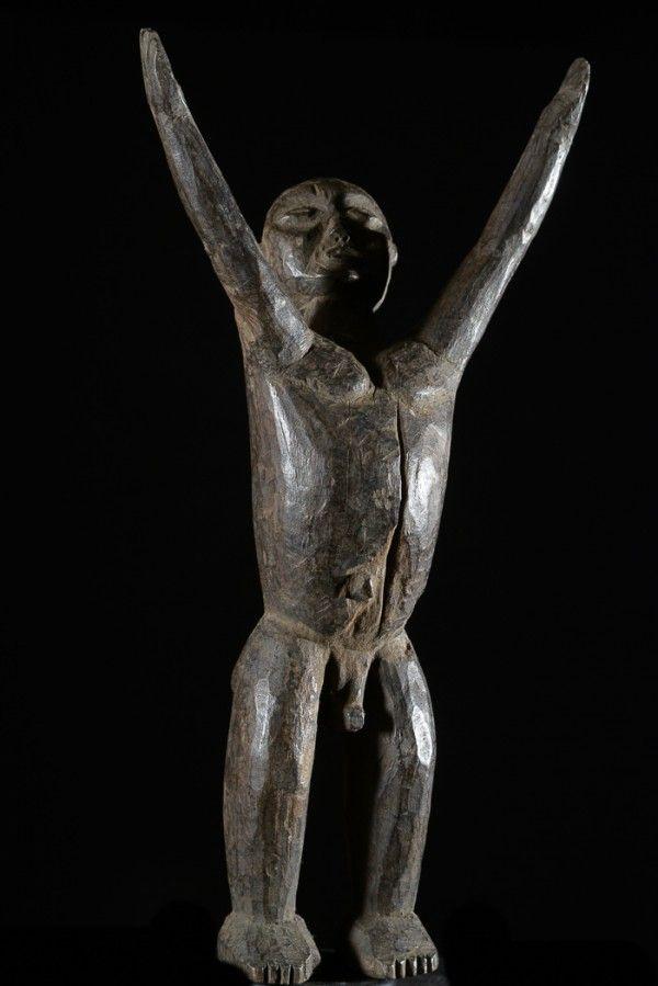 Les+statues+Lobi+Bateba+ou+Bouthiba+(trad+:+les+remèdes+qui+murmurent+des+paroles+obscures)+sont+des+êtres+vivants+et+sacrés,+véritables+traits+d'union+entre+le+monde+réel+et+celui+de+l'au-delà. Ce+type+de+sculpture+appelée+Bateba+dangereux++en+raison+de+ses+bras+très+écartés. Il+sert+à+lutter+contre+les+sorciers+et+à+repousser+les+malédictions.