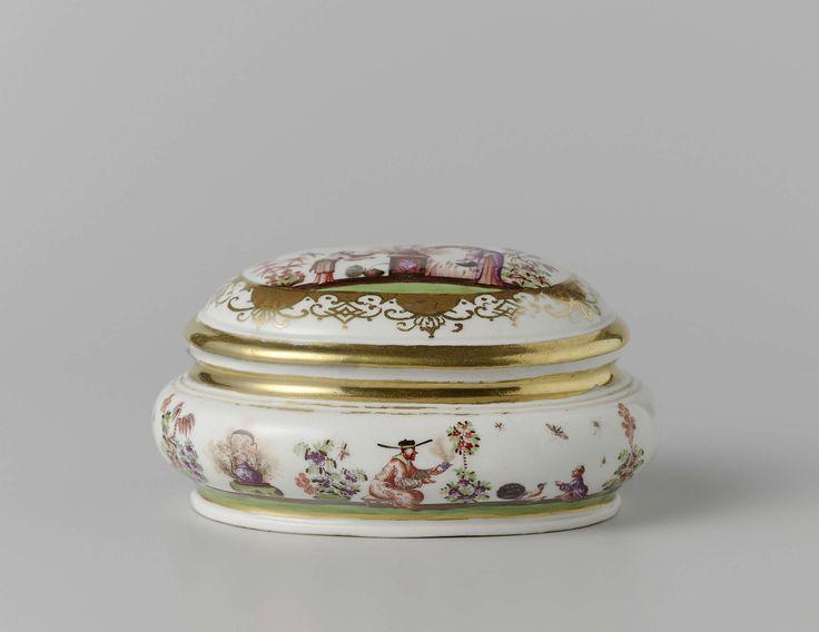 Meissener Porzellan Manufaktur | Sugar bowl, Meissener Porzellan Manufaktur, c. 1725 - c. 1730 | Rechthoekige suikerdoos van beschilderd porselein. De doos heeft afgeschuinde hoeken en een geprofileerde voetrand. Het deksel heeft een achthoekige knop en is beschilderd met Höroldt-chinezen met een kop in de hand, zittend op de grond in een tuin. De gewelfde rand is beschilderd met afwisselend bloemen en geknielde of zittende Höroldt-chinezen bij een tafel of een vuur. De doos is gemerkt.