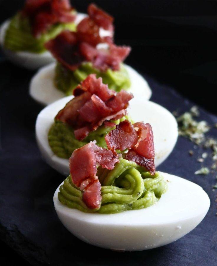 Huevos rellenos con guacamole y bacon muy muy crujiente