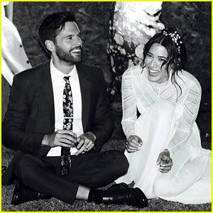 Lizzy Caplan & Tom Riley Están Casados – Ver una Foto de la Boda!