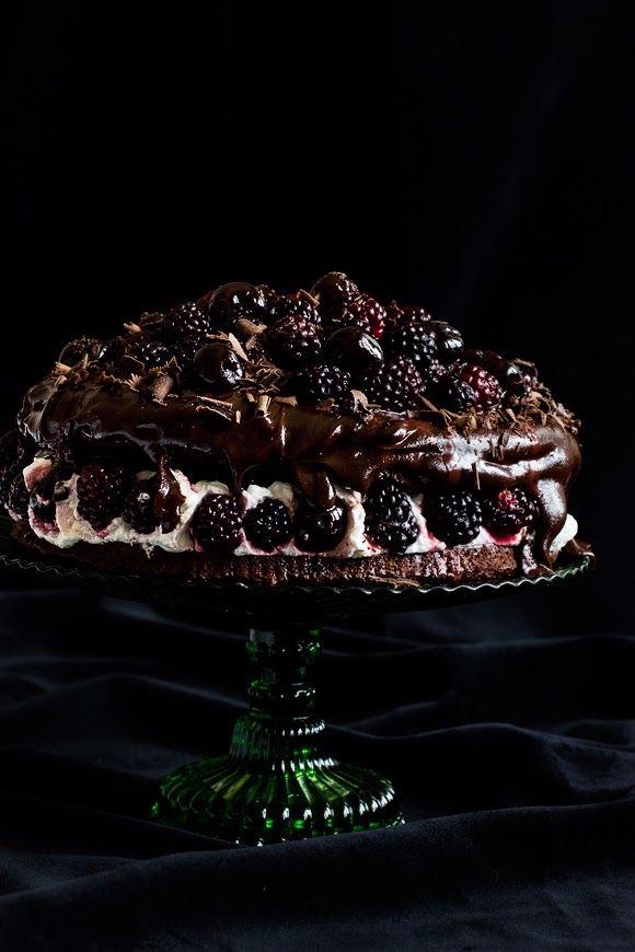giroVegando in the kitchen: double chocolate cake, black cherries and blackberries, #vegan