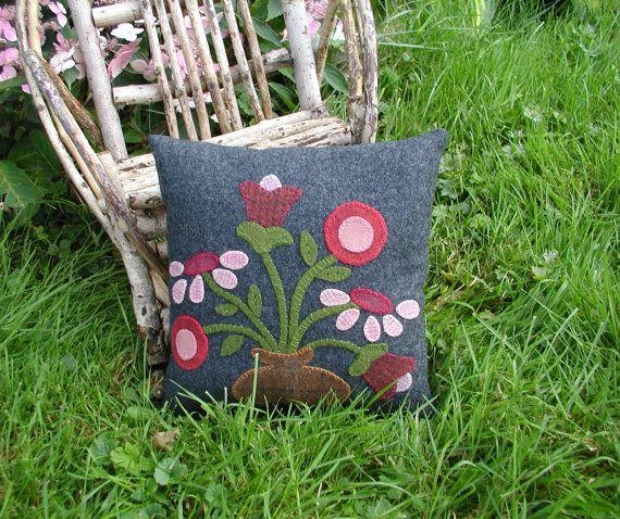 Flor roja primitiva de almohada lana arte popular almohada