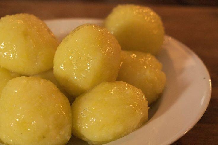 Kartoffelklöße wie bei Oma Wenn die Uroma das noch erleben könnte. Da steht ihr Urenkel an einem Sonntag in der Küche und macht tatsächlich selber Kartoffelklöße, anstatt irgendeine Pappschachtel a…