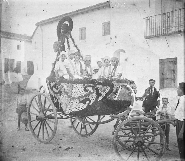 Cabalgata de las fiestas de la Virgen del Castillo de Chiva, 1926. Fotografía de Francisco  Roglá López, (1894-1936). Colección de fotografías de Chiva. Donación Familia Roglá