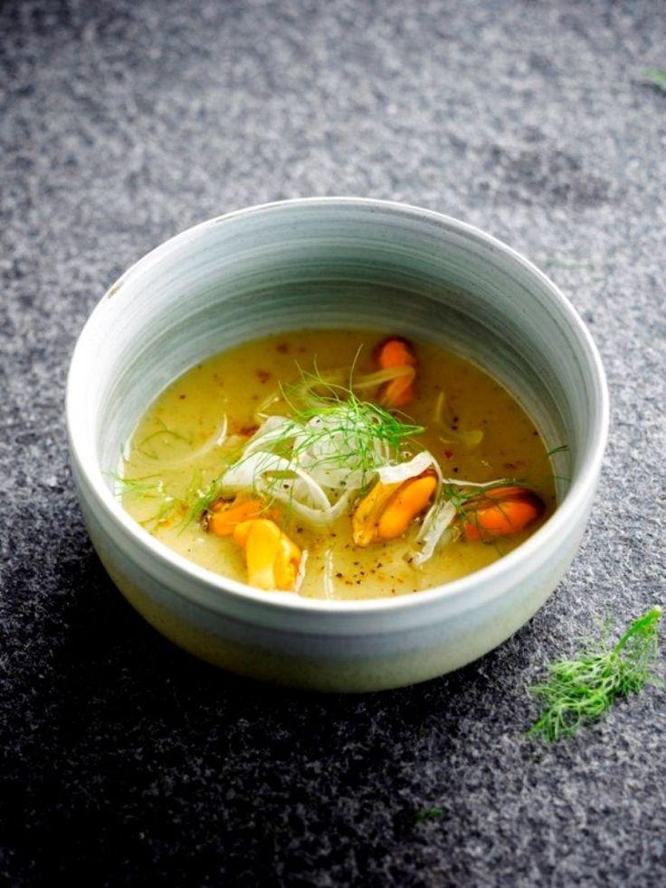 Bereiden:Snij de venkel in zeer kleine plakjes en bewaar tot gebruik in koud water. Hou het groen van de venkel opzij voor de garnering.Kook de visbouillon met de mosselgroenten tot deze gaar zijn. Voeg de schoongemaakte mosselen toe tot deze open zijn. Giet door de zeef en hou de mosselen, uit hun schelp, en het mosselvocht opzij.Smelt in een soeppot de boter. Fruit hierin de fijngesneden sjalot met de rode chilipeper. Voeg de kurkuma, kerriepoeder en de bloem toe en roerbak 1 mi...