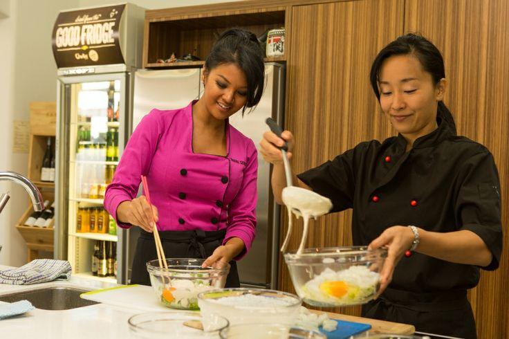 Farah Quinn dan Celebrity Chef, Sachie Nomura berkolaborasi membuat hidangan lezat di Sachie's Kitchen. Tidak cuma Farah Quinn yang bisa memasak bersama Chef Sachie Nomura, Anda juga bisa melakukannya dengan bergabung di cooking class Sachie's Kitchen!  http://www.sachieskitchen.com/