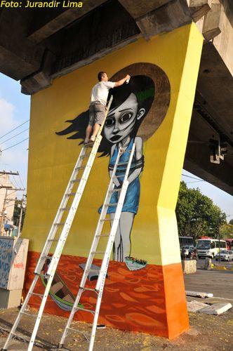 Grafiteiro TINHO em ação, na pilastra do Metrô - Avenida Cruzeiro do Sul (Zona Norte - Santana/Carandiru). Evento: 1º Museu Aberto de Arte Urbana de São Paulo.