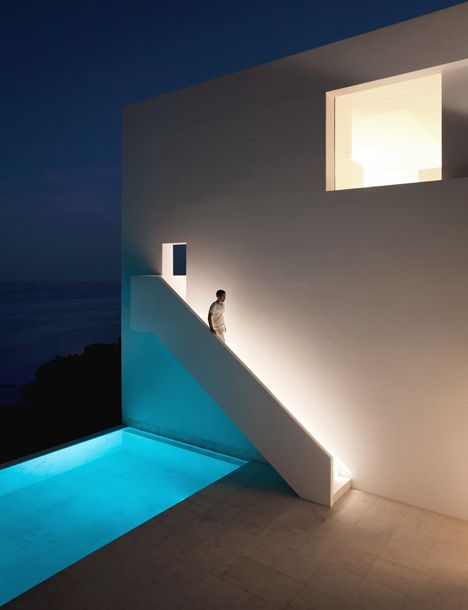 Clean and minimal architecture by Fran Silvestre Arquitectors. House on the Cliff.