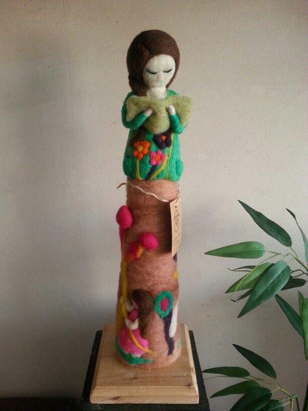Muñeca hecha de vellón lana de ovejas. Mide 45 centímetros
