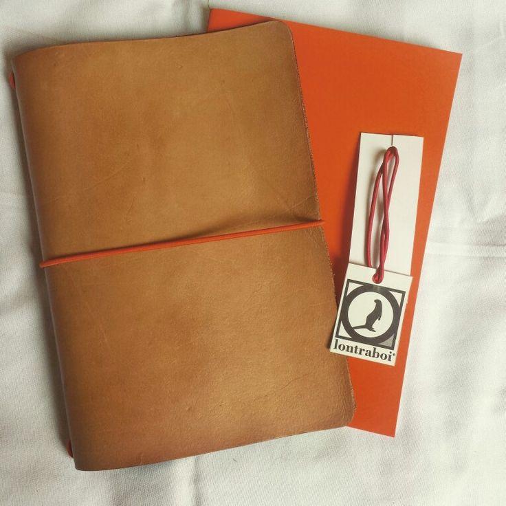 Caderno com capa de couro tipo midori.