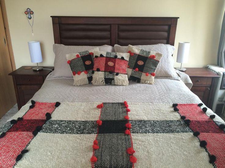 Piecera king tejida en telar María + 3 cojines. Confeccionados en lana natural. Hago a pedido.