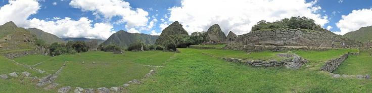 """Machu Picchu (del quechua, machu pikchu, """"Montaña vieja"""") es el nombre contemporáneo que se dá a un antiguo poblado andino construido a mediados del siglo XV en el promontoria rocoso que une las montañas Machu Picchu y Huayna Picchu en los Andes Centrales, al sur de Perú."""