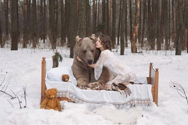 Dos modelos rusas posan con un oso por la conservación de su especie  Stephen es el nombre del oso pardo que pesa 650 kilos apróximadamente.         Foto:www.montevideo.com.uy