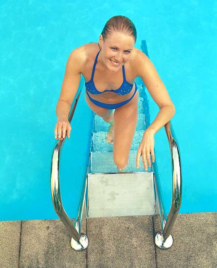 Sicheres Ein- und Aussteigen aus dem Wasser mit Edelstahltreppen von http://www.wellness-stock.de/Schwimmbad/Ersatzteile/Leitern-Treppen von Idesl Eichenwald #leiter #poolleiter #pooltreppe #edelstahltreppe