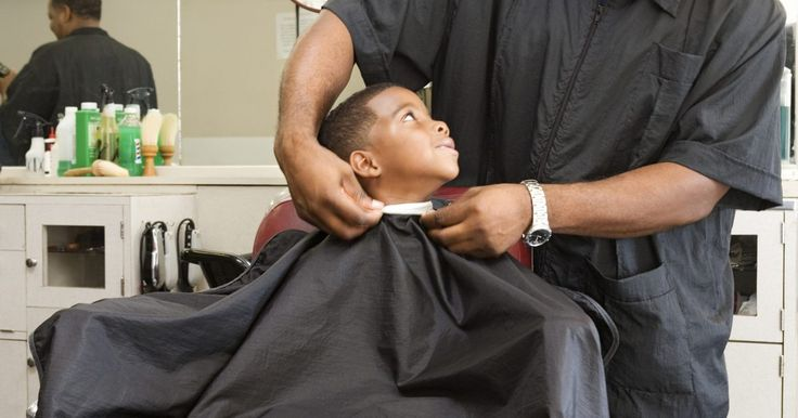 Como fazer uma capa para barbeiro. Faça uma capa de barbeiro em casa, para ter um acessório de baixo custo para usar no trabalho em uma barbearia ou salão de cabelo, ou faça a capa para cortar cabelos em casa. Pode-se fazer uma capa de uma cor para combinar com o esquema de cores do salão ou usar um tecido de vinil PVC com padrões que contrastem, para fazer uma coleção única de ...