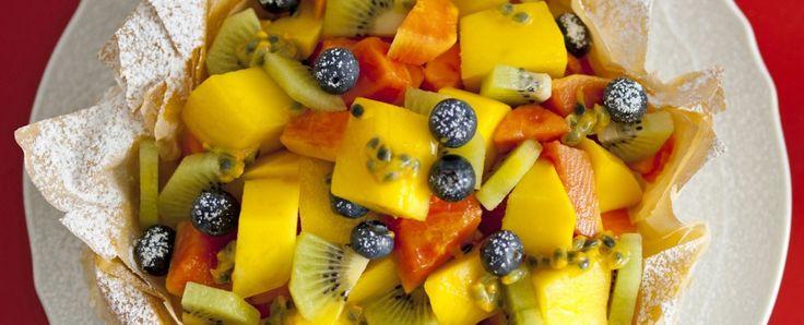 cestino-croccante-con-macedonia-di-frutta