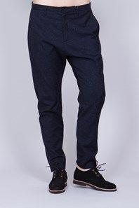 Krissy Trouser från svenska Hope är en fint avslappnad mörkblå byxa med en fint mönstrad struktur som är fin både till vardags och fest. Byxan har normal midja, aningen lägre gren och avsmalnande, kortare ben. Två bakfickor varav en med lock, samt söm på knänas baksidor. Matcha med Vera Blazer för en superfin kostym. En perfekt året-runt-byxa i ullblandning att klä upp och ner!