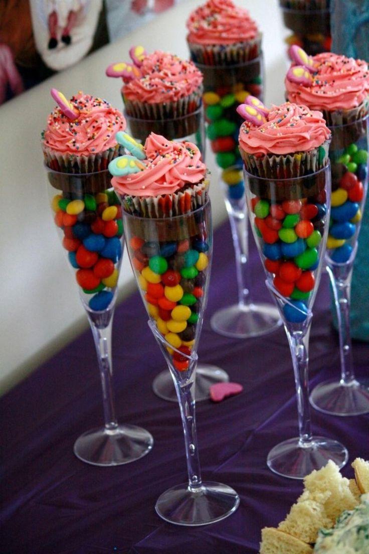 Avec l'Halloween qui s'en vient, vous vous retrouverez peut-êtreavec trop de bonbons. S'il vous restait des sacs à donner, plutôt que de les donner à vos enfants, gardez-les pour faire vos cupcakes. Gardez cette idée en tête! Une super belle idée po