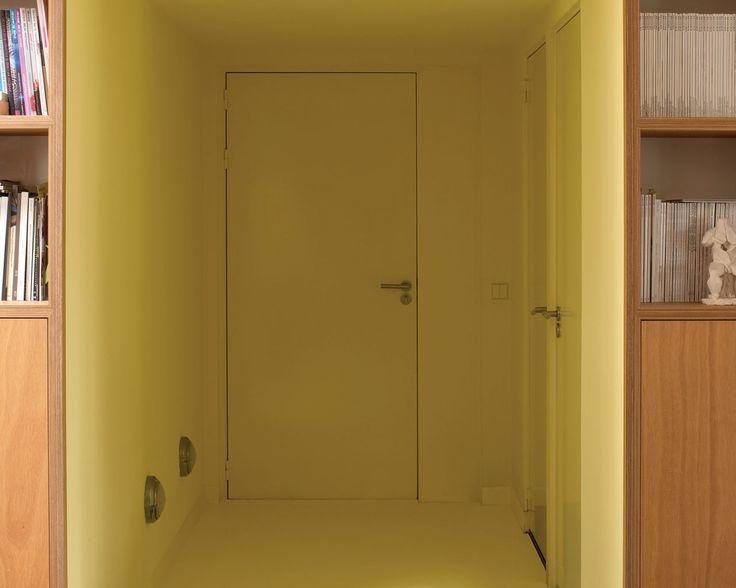 Soignez votre entrée avec le jaune. Pour une entrée fraîche, peignez les murs et le plafond de nuances de jaune soleil pour démarrer du bon pied.