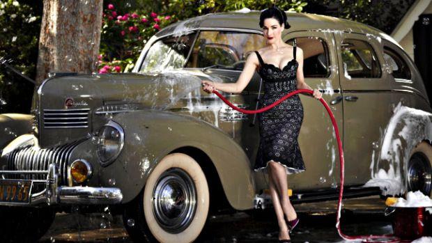 Dita von Teese: a bela pin-up moderna e sua coleção de carros clássicos http://www.flatout.com.br/dita-von-teese-a-bela-pin-up-moderna-e-sua-colecao-de-carros-classicos/