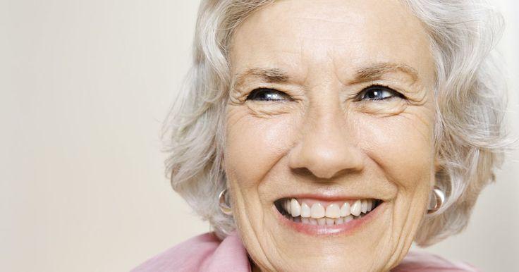 Os níveis de FSH e LH na menopausa. A glândula hipófise, ou pituitária, secreta o hormônio folículo-estimulante (FSH) e o luteinizante (LH) para regular o ciclo menstrual. Os níveis desses hormônios oscilam quando uma mulher passa pela menopausa, particularmente quando os níveis de estrogênio diminuem.
