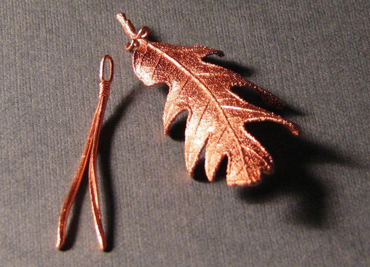 Омеднённый дубовый лист и сосновая хвоя.
