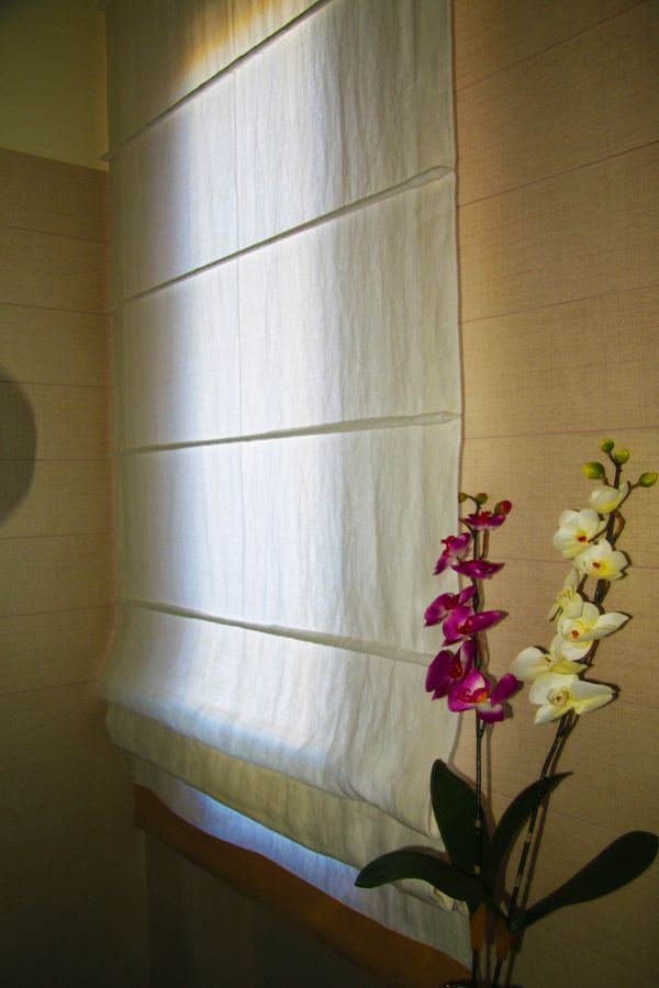Roman blinds in linen, by V&N Interiors