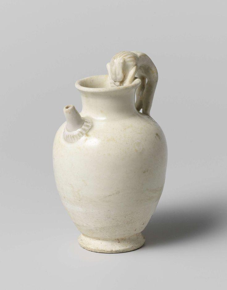 | Vaas met oor in de vorm van een leeuw, c. 618 - c. 907 | Vaas, witte scherf met crème-kleurige glazuur op het bovenste gedeelte. Onder de hals bevindt zich een tuit, het oor heeft de vorm van een leeuw die met de achterpoten op de schouder van de vaas staat en met de kop en voorpoten over de rand hangt.