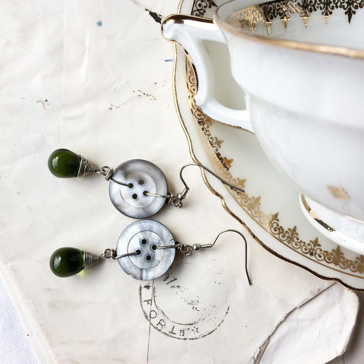Orecchini pendenti lunghi  Orecchini pendenti lunghi in madreperla e vetro cecoslovacco orecchini pendenti con bottoni vintage e vetro cecoslovacco : Orecchini di paperart-roma