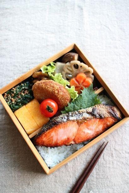 日本人のごはん/お弁当 Japanese meals/Bento 今日は鮭弁焼き鮭卵焼きほうれん草の胡麻おかかまぶしコロッケ筑前煮小女子くるみプチトマト