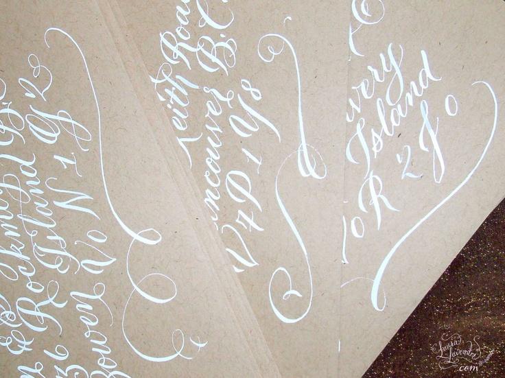 Calligraphie - Adressage des enveloppe - encre blanche sur les enveloppes kraft. $3,00, via Etsy.