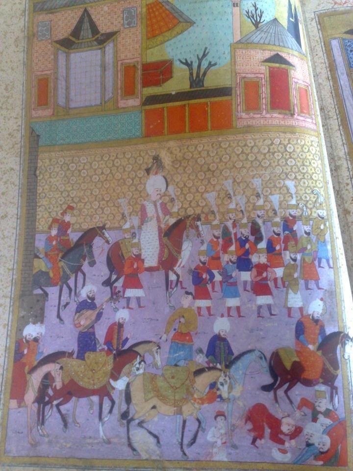 Beyaz kaftanlı,Kanuni Sultan Süleyman;biraz geriden gelerek şehzadelerinin saraya girişini izliyor.