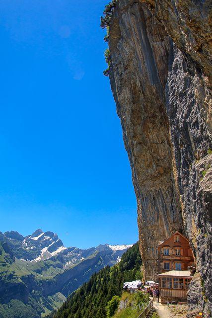 Atemberaubende Lage des Berggasthaus Aescher-Wildkirchli im Alpstein in der Schweiz