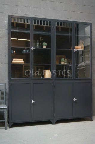 Apothekerskast 10152 (7021) - Hoge vierdelige apothekerskast met een stoere zwartgrijze kleur. De ijzeren kast heeft achter de dichte deuren een legplank in het midden. Omdat de deuren hoog zijn, biedt dit extra opbergruimte voor bijvoorbeeld mappen. Door de donkere kleur komen lichte items achter het glas nog mooier tot hun recht! MAATWERKDit meubel is handgemaakt en -geschilderd. De kast kan in vrijwel elke gewenste maat, indeling en RAL-kleur worden nabesteld. Benieuwd naar de…