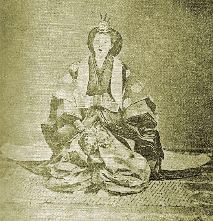 明治天皇嫡母英照皇太后(Asako Kujo - 十二單 - 維基百科,自由的百科全書)