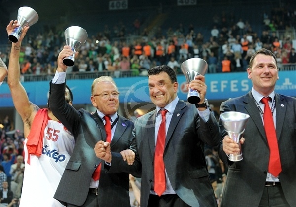 Dusan Ivkovic Olympiacos celebrates good times! - 2011-12 SEASON