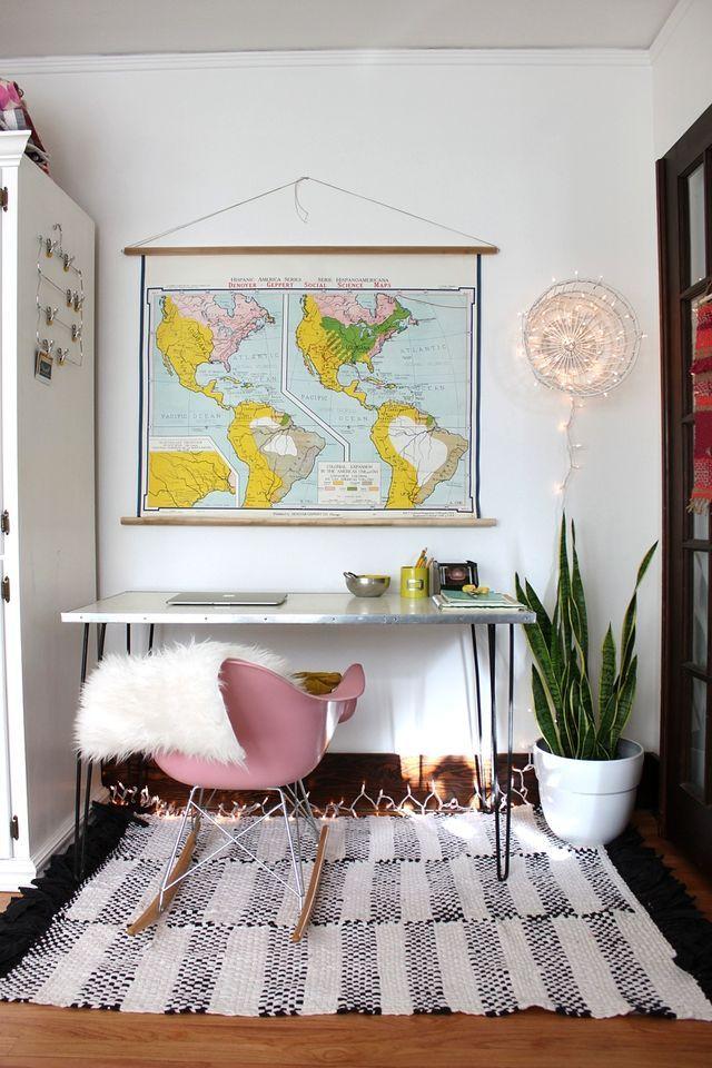 Accrocher une carte du monde dans un style salle de classe avec deux barres de bois, de la ficelle épaisse et un clou ou un crochet Lighting DIY on Smile and Wave. #tutorial #lighting