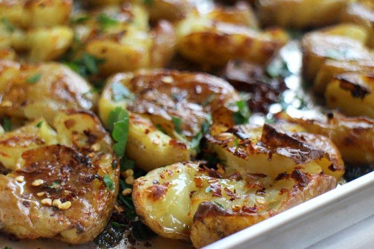 Deze crispy geplette aardappeltjes zagen we bij Jamie Oliver en zijn wat ons betreft het summum van heerlijkheid: zacht van binnen éncrispy van buiten. Was de aardappeltjes en kook ze tien minuten in gezouten water. Verwarm ondertussen je oven voor op 200 graden en plet de teentjes knoflook in de schil. Giet de aardappeltjes af …
