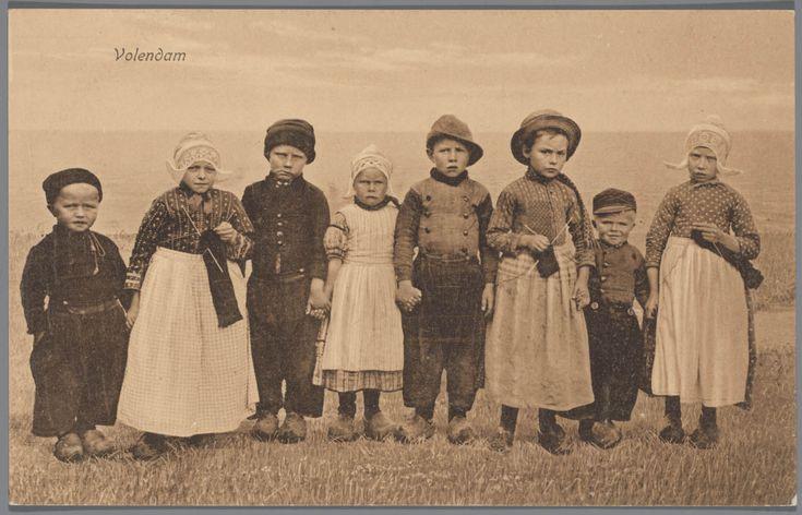 Jongens en meisjes in Volendammer streekdracht. 1905-1935. Het kleinste meisje is nog geen vier jaar. Ze draagt een jurkje met pofmouwtjes en daarover een 'lijfbontje' (soort schort). De drie oudere meisjes dragen een 'kleedje' (soort jurk), met daarover een 'bontje' (soort schort). #NoordHolland #Volendam