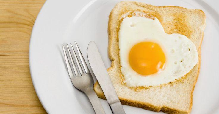 Formas de preparar huevos para el desayuno. Mantén tu energía durante el día con un desayuno con huevos lleno de proteínas. Los huevos, de acuerdo con Incredible Edible Egg un sitio web dedicado a todo lo relacionado con el huevo, declara que las 70 calorías de este alimento ayudarán con el manejo del peso, la fortaleza muscular y la salud de tu cerebro y de tus ojos. Concentra tu plan de ...