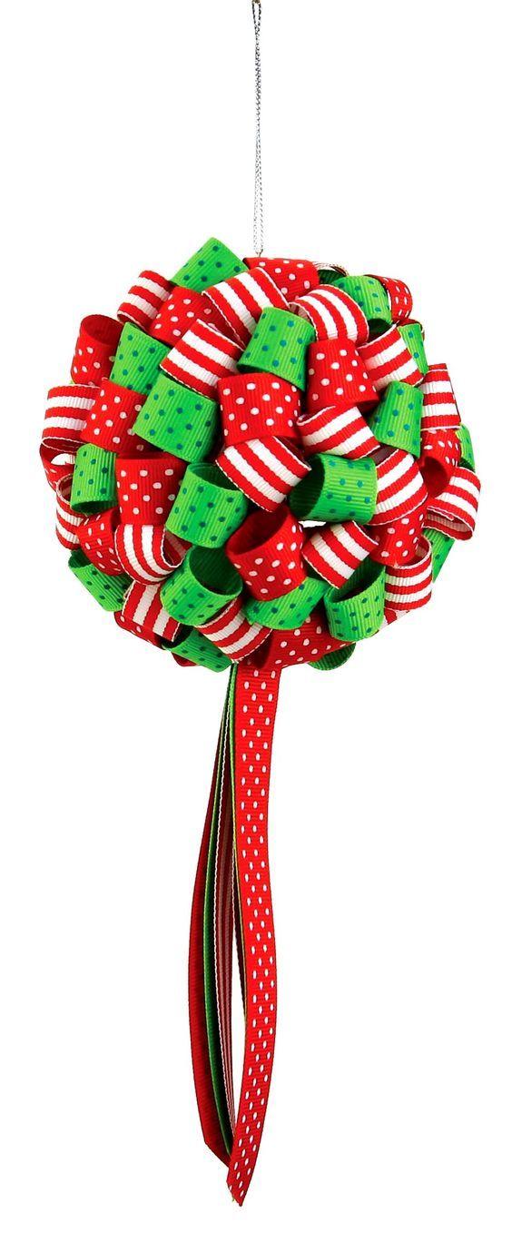 キッシングボールって知ってますか?ボール型の飾りなのですが、いろんなリボンで作るポンポンみたいな飾りなんです♡パーティーの時はもちろん、クリスマスシーズンにもピッタリの「リボンキッシングボール」を作りませんか?丸型の正体は、100均などで手に入る発泡スチロールボールなんです! | ページ1