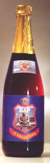 """BAP, donker bier, nagisting op fles.   Bap is een traditionele dub- bel-variant, op ambachtelijke wijze gebrouwen met de navolgende ingrediënten: Pils-, Cara-, Tarwe-, Choco- lade- en Zwartemout, Kandij- suiker, Northern Brewer en Saaz hop, gist en water. BAP is een Volendams woord en betekent """"opa"""". Deze opa mag graag plagen, zo ook dit bier.  De BAP daagt u graag uit, dus drink dit bier met respect.  ALC. 7% VOL."""