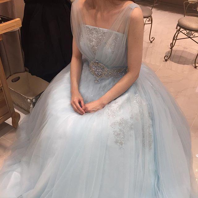 ♡ カラードレス決定いたしました๐·°(৹˃̵﹏˂̵৹)°·๐ 全国で1着しかなく、他店舗でのレンタル もNGとのことで諦めかけていたけど 担当様のおかげでオーダーという形で このドレスを着ることができます あたし以降披露宴の方は博多の店舗で サイズが同じであればレンタルされる ので是非着てほしい オーダー料金かかったけど、あたし以降 着てくれる人がいたら嬉しい!!!! #フォーシス#フォーシスアンドカンパニー#カラードレス#ブルードレス#シンデレラドレス#ドレス試着#ドレス試着レポ#押切もえデザイン