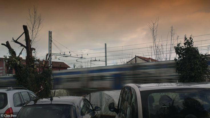 quando passa il treno, le auto si fermano a guardare by Clay Bass on 500px