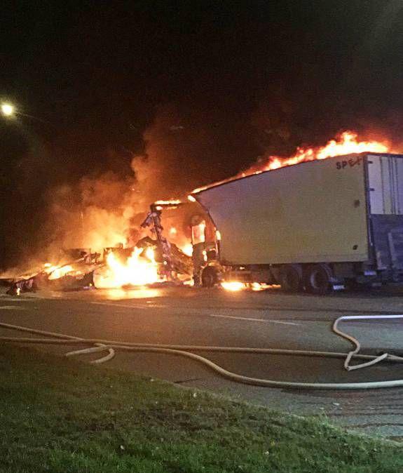 Länsi- Tukholmassa kymmeniä autopaloja- myös rekkoja poltettiin