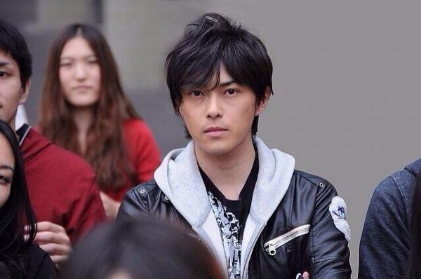 黒髪が似合うイケメン俳優。